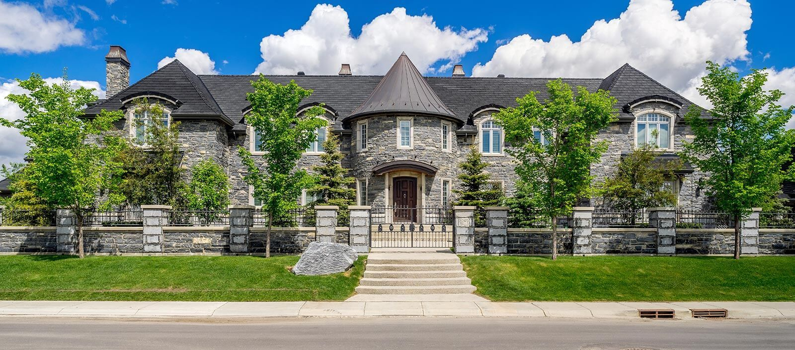 What defines a luxury home in Calgary?